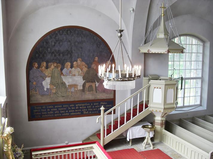 Kirkon sisäkuva. Seinällä suuri maalaus viimeisestä ehtoollisesta.